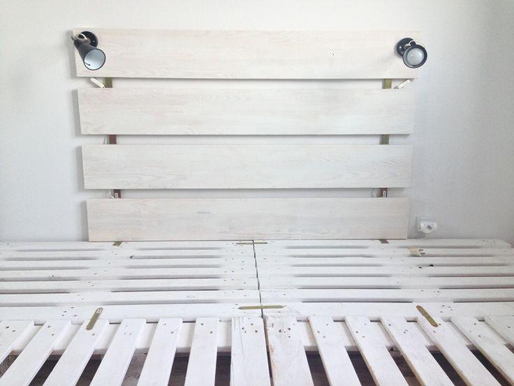white pointe shoes: DIY: paletowa rama do łóżka z zagłówiekiem i oświetleniem