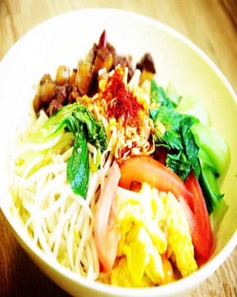 Halal Chinese Food -- Biang Biang Mian - a bowl of noodles made with wide noodles and served with toppings of eggs, tomatoes, and beef.Enjoy Halal food,halal meat in Chinese Halal Restaurants with muslimtourtravel.com in China.