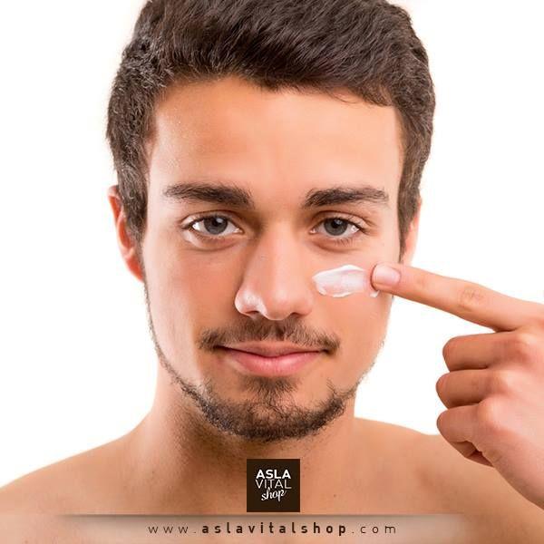 Yaşlanma lekelerinin ve kırışıklıkların en büyük nedeni güneş ışığının verdiği hasardır. Güneş ışığına 5 dakika bile maruz kalmak cildinizi büyük oranda etkiler. Bu yüzden sabah bakımınıza güneş koruyucu veya en az 30 SPF içeren nemlendirici eklemeyi ihmal etmeyin.