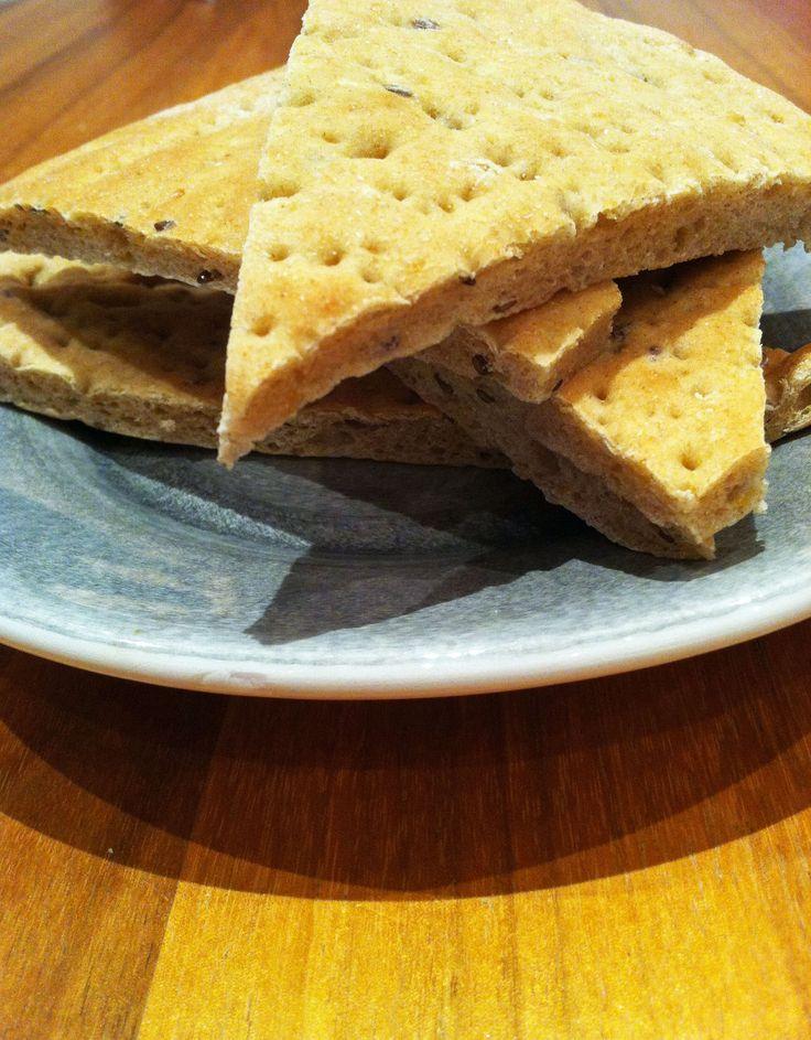 """Billigt, gott och enkelt bröd med extra protein. Passar också utmärkt för att göra """"lunchbröd"""" med god fyllning. Både de vanliga brödet och lunchbröden går utmärkt att frysa och smakar lika gott upptinat."""