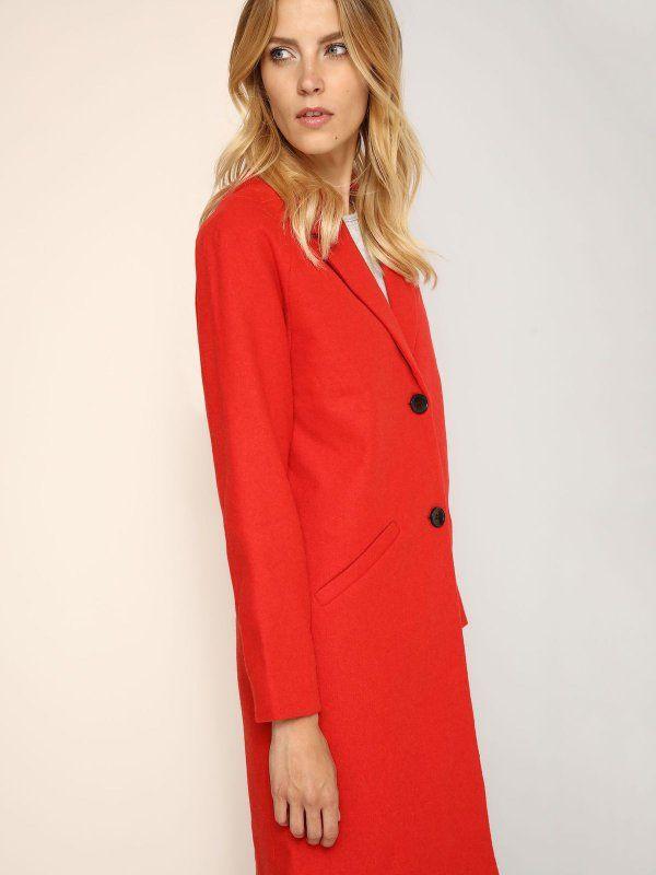 """Płaszcz damski Top Secret z kolekcji jesień-zima 2016.<br><br> Prosty płaszcz damski z domieszką wełny, zapinany na dwa guziki. Modny i stylowy płaszcz długości 3/4, doskonale sprawdzi się w jesiennych stylizacjach. Płaszcz dostępny w kolorze czerwonym (SPZ0340CE).<br><br><span style=\""""font-style:italic\""""> Modelka ma 179 cm wzrostu i prezentuje rozmiar 36. </span>"""