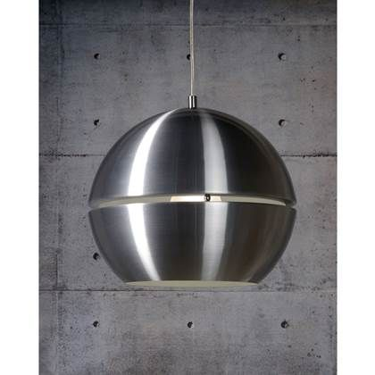 De opening in de futuristische bol zorgt voor een bijzonder lichteffect. De trendy Lucide Hanglamp Volo geeft sfeervol, direct licht en is bovendien dimbaar. Het aluminium afdekplaatje is exact groot genoeg voor een ronde inbouwdoos in het plafond.