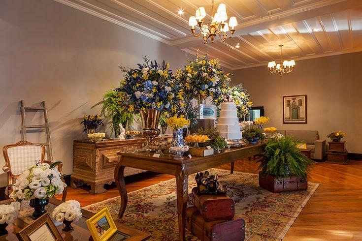 decoração de casamento rústica com cadeiras e mesas de madeira mesa de doces