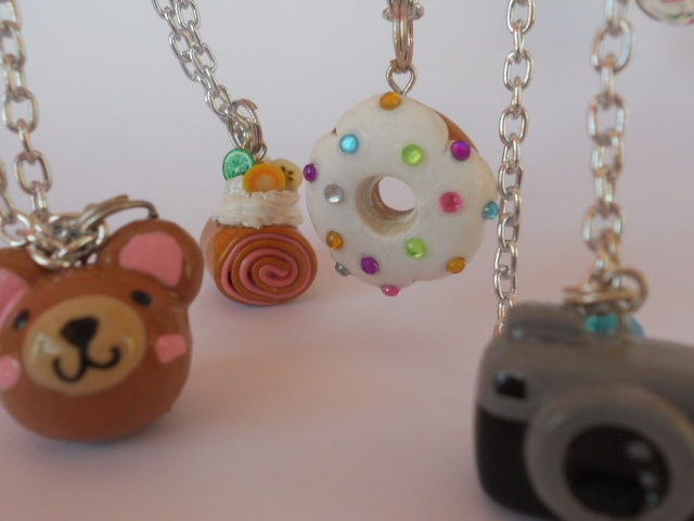 ¡Los accesorios de Pinkspot son divertidos e innovadores, enamorate de ellos en Entijuanarte 2012!    PINKSPOT    Conjunto de diseñadoras conformado por Mafura y PinkSpot, inspiradas en la cultura japonesa, pop  y retro básicamente. Transformando telas, estambres, fieltro y arcilla, se crean originales accesorios.  Apoyadas en diversas técnicas: la costura, bordado, tejido y moldeo con las manos. La mayor diferenciación esta en los acabados. Grupo conformado por Ofelia Sánchez y Cecilia…