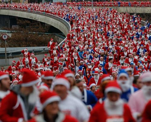 Más de 8 mil personas vestidas de viejos pascueros participaron en la corrida de 5 kilometros que se realiza anualmente en las Vegas.     Foto: Agencia Reuters