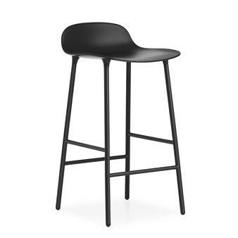 Form Chair barstol är formgiven av Simon Legald, en av Normann Copenhagens mest populära designers. Den formgjutna plastsitsen är den röda tråden i Form-serien medan underredet finns i flera olika material. Barstolen har en klassisk design med ett nätt uttryck som passar i de flesta hem. Den har den snygg matt finish som dessutom är lätt att torka av.
