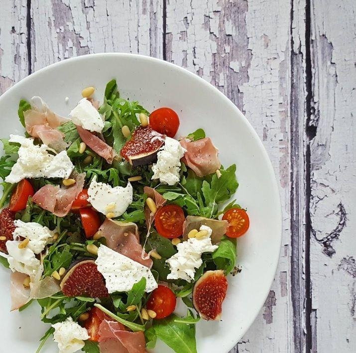 Salade met rauwe ham, burrata en vijgen