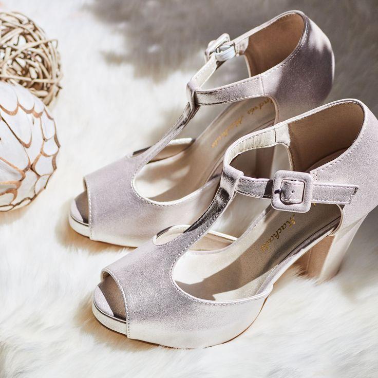 Sandalias Novia Plata de estilo Charleston con cierre de hebilla cuadrada al tono en el tobillo. Suela de color Beige.