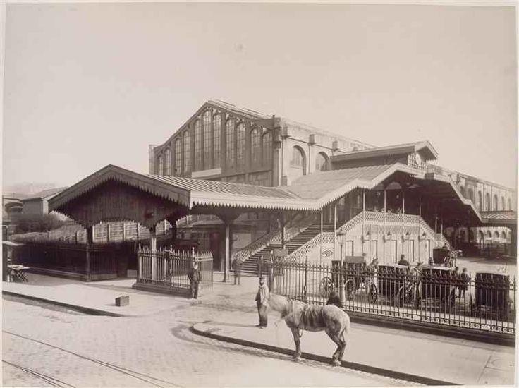 Paris. La gare Saint-Lazare-cour: la cour de Rome (2 mars 1885 par Louis-Emile Durandelle).
