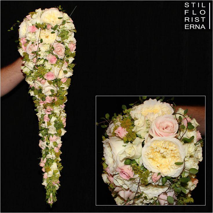 Exklusiv brudbukett i droppfrom: långsmal engelsk droppe i rosa, vita och limegröna toner, med David Austin-rosor och kvistrosor.