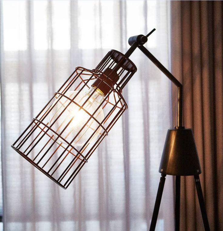 Deze fabrieksachtige lamp van metaal messing is een ware blikvanger voor je interieur ! - Goossens wonen & slapen