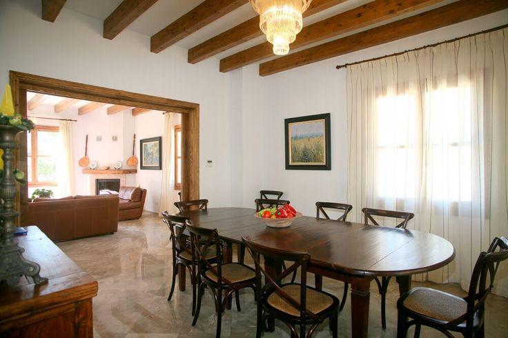 """Vila """"Son Capellet"""": pre 10 ľudí, obývačka s krbom, jedáleň, kompletne vybavená kuchyňa, 5 dvojposteľových izieb každá s vlastnou kúpeľňou a sociálnym zariadením, práčovňa. Vlastný bazén 80 m2, free WIFI v obývačke. http://www.holamallorca.net/ubytovanie"""