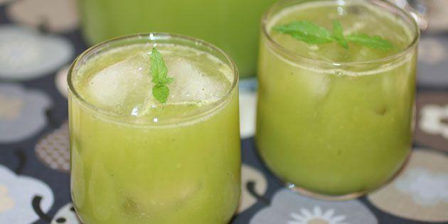Mynte og agurk giver juicen en flot farve.