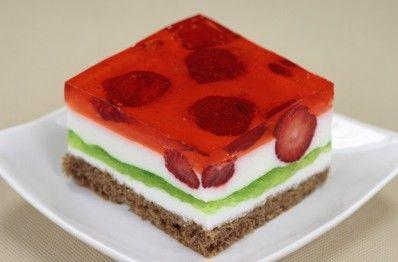TRUSKAWKOWE MARZENIE  Składniki:  1 1/2 l jogurtu naturalnego, 9 łyżeczek żelatyny, cukier puder do smaku, 2 galaretki zielone, 2 galaretki truskawkowe, 1 kg truskawek.    Wykonanie: http://siostra-anastazja.pl/przepis/truskawkowe-marzenie.htm cake, polish cuisine  strawberry cake, polish cuisine