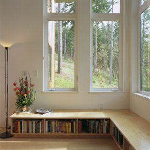 Une bibliothèque basse le long d\'une baie vitrée