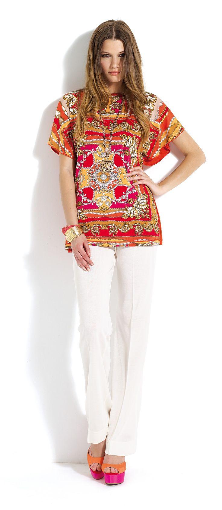 Pantalón blanco con blusa de estampado étnico en tonos rojos y naranjas.  #trousers #white #red #orange #etnic