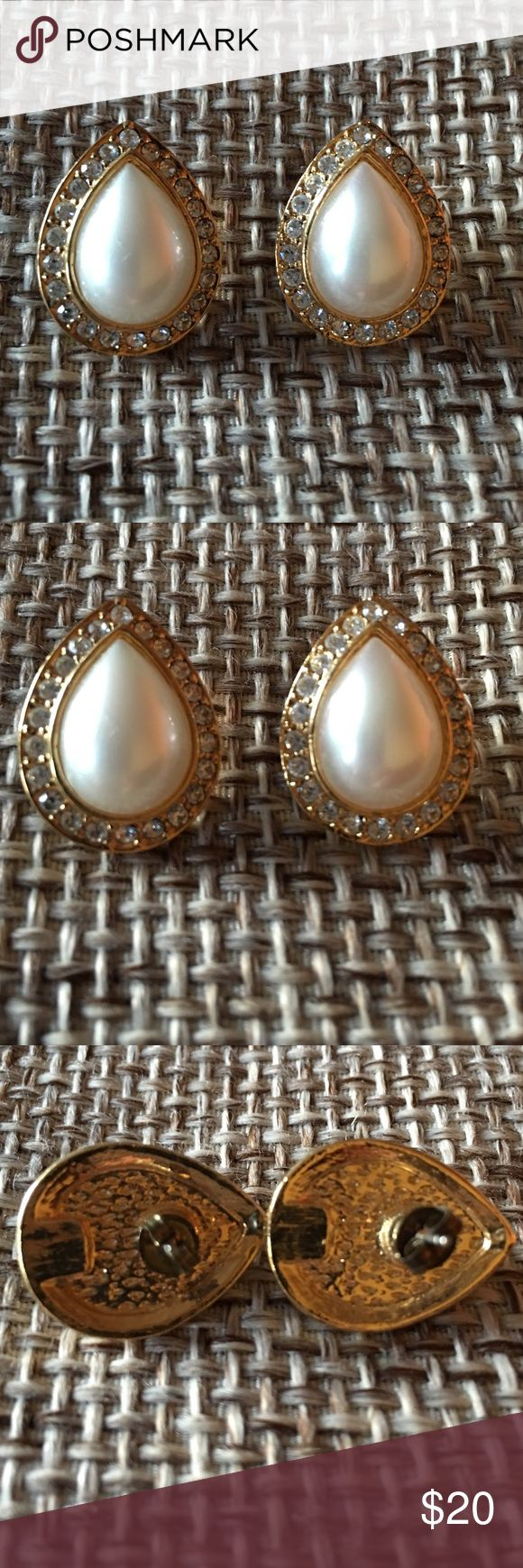 VINTAGE EARRINGS Beautiful set in mint condition. Jewelry Earrings