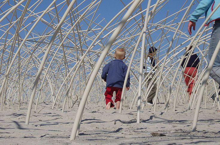 """Dansendwoud - """"Experiment in de branding"""" - Oerol 2005  De landschapsinstallatie Dansendwoud is een ervaring die je niet snel zult vergeten. Op het strand tussen strandpaviljoen Midsland aan Zee en Voormeren aan Zee, wordt een woud van duizenden, méér dan drie meter hoge op de wind deinende 'zwiepers' geplant in de 'branding'.  Het artificiële landschap loopt bij vloed onder water en krijgt een lengte van enkele honderden meters."""