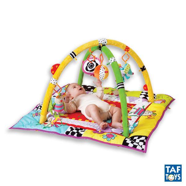 Kooky gym TAF TOYS - Ref. 11255 Gimnasio de juegos con los paneles laterales que crean un ambiente más acogedor al elevarlos, especialmente para los recién nacidos. Los dibujos de colores de alto contraste, estimulan la vista del bebé. Las actividades del gimnasio promueven el desarrollo motriz y los sentidos del bebé y sus coloridas y tiernas imágenes estimulan la interacción entre el bebé y sus padres, así como su inteligencia emocional. Medidas: 90 x 90 cm