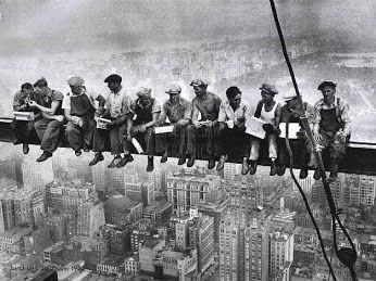 Em 1 de Maio, Dia Internacional dos Trabalhadores ou é a celebração do movimento operário internacional. Os factos que deram origem a esta conclusão são contextualizadas na revolução industrial nos Estados Unidos.  Fonte: http://www.elblogsalmon.com/historia-de-la-economia/un-repaso-a-la-historia-1-de-mayo-dia-internacional-de-los-trabajadores