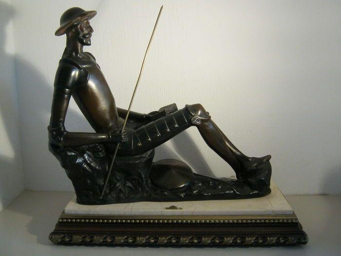 Zeer zwaar sculptuur van Don Quichot / De man van La Mancha - op marmeren/houten plateau - 38 cm hoog, 41,5 cm breed en 7,7 kg - Catawiki