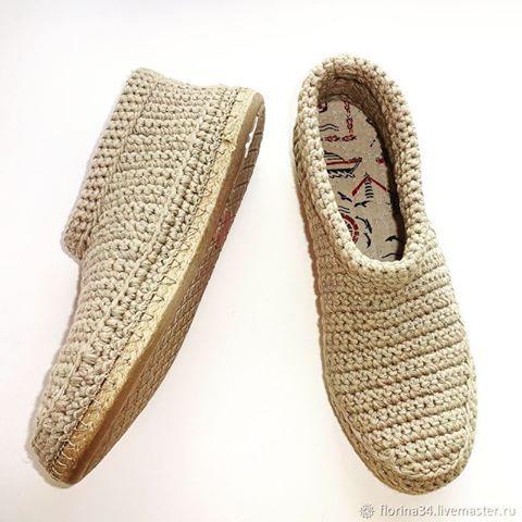 Мужские ботинки связаны из натуральной пряжи лен-хлопок. Цена: 3800 руб. Ваши ноги будут дышать в жаркую погоду и прохладным вечером им не будет холодно. Мягкая стелька ручной работы создаст уют и комфорт. Стелька съемная - при необходимости её можно вынуть и постирать отдельно от ботинок. Подошва из прочного современного материала.