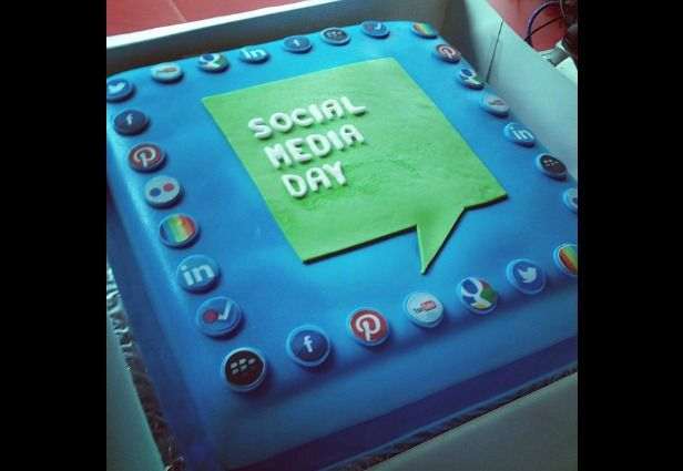 Cake Designs Honduras : 1000+ images about Edible Social Media on Pinterest ...