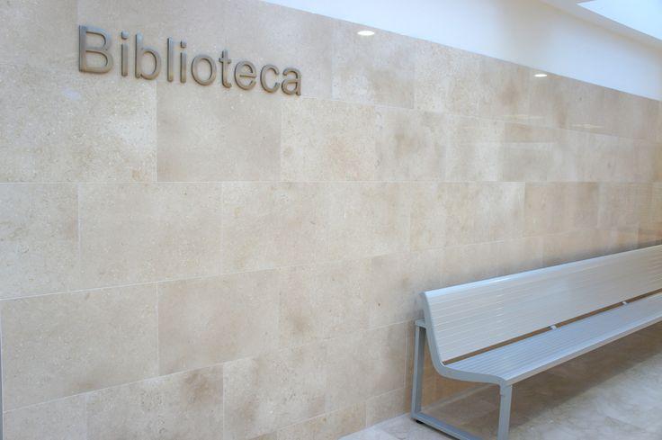 Hospital La Fe de Valencia. Señalización exterior. Letras recortadas en acero inoxidable.