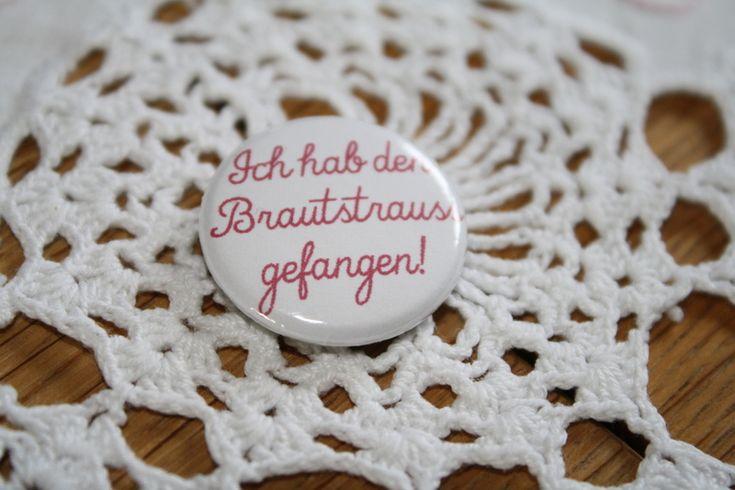 Statement Button    Ein beliebter Sport auf jeder Hochzeit:  das Brautstrauss-Fangen.    Jetzt gibt es den richtigen Button für die Gewinnerin!