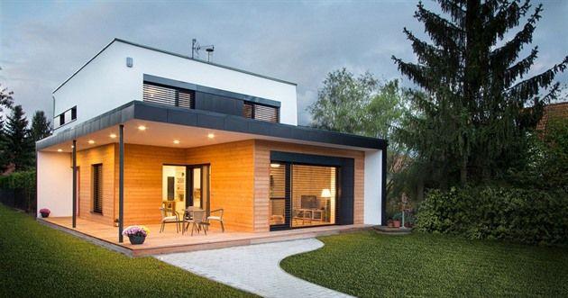Pavel bydlí s manželkou a dvěma dětmi v Černošicích v dvoupodlažní moderní dřevostavbě 5+kk s pultovou střechou. Nový domov od architektonického studia Archcon má 142 metrů čtverečních, je to takový byt naležato.