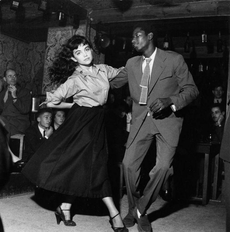 47 Una pareja baila en un-Bop Be bodega en París, Francia en 1951.