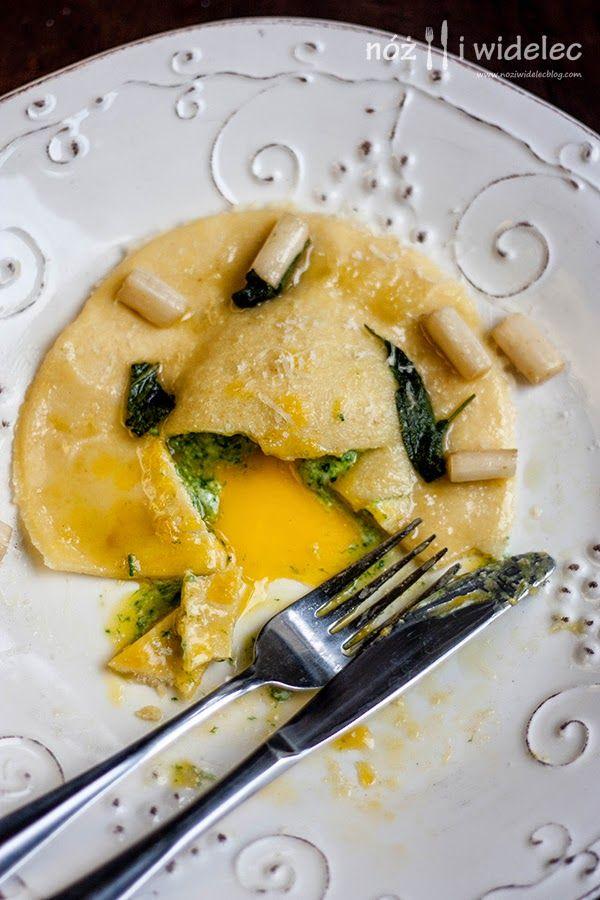 Raviolo z ricottą, szpinakiem i płynącym żółtkiem z białymi szparagami i szałwią
