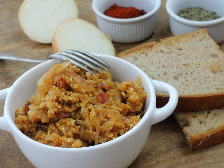 Pikantní praženice ze spousty cibule, sádla a papriky, doplněná o vejce a…