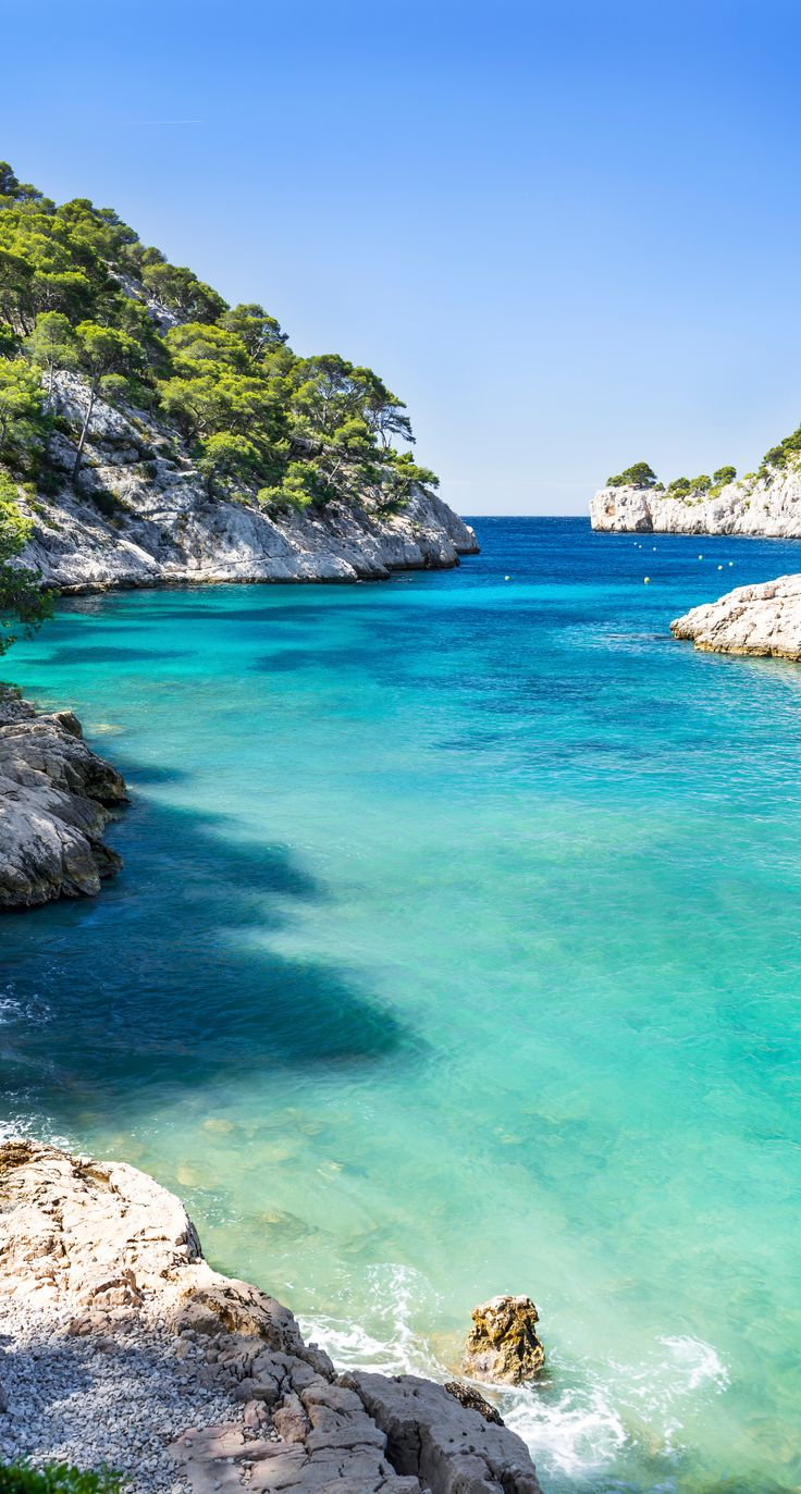 Dans les calanques de Marseille à Cassis, découvrez un paradis sauvage classé parc national. #Marseille #PACA #Onyva