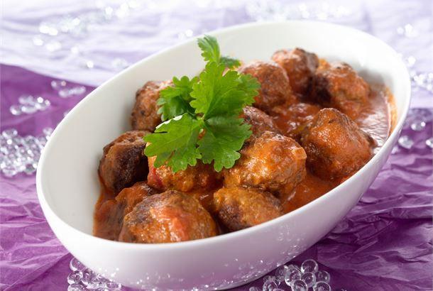Espanjalaiset lihapyörykät tomaattikastikkeessa maistuvat tapaksina tai kastikeruokana esim. pastan tai riisin kanssa. http://www.valio.fi/reseptit/espanjalaiset-lihapyorykat-tomaattikastikkeessa/ #resepti #ruoka