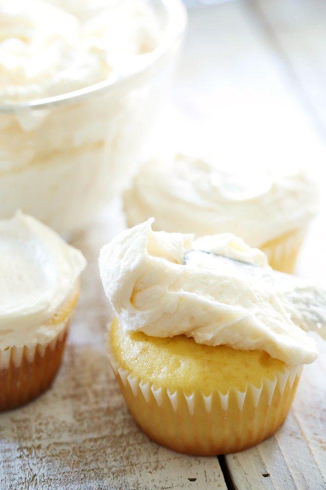 Nadýchaný máslový krém, s pomocí kterého vytvoříte nádherné dorty, cupcaky i zdobení, jakého se vám zachce.  Poznámka  Krém nenahrazuje klasický dortový krém vzhledem k množství cukru. Jeho použití je převážně na cupcaky, zdobení nebo na dorty pod vrstvu marcipánu. Pokud i tak je na vás krém pří