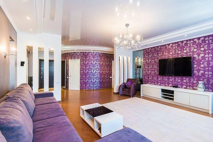 фиолетовые обои и диван в гостиной