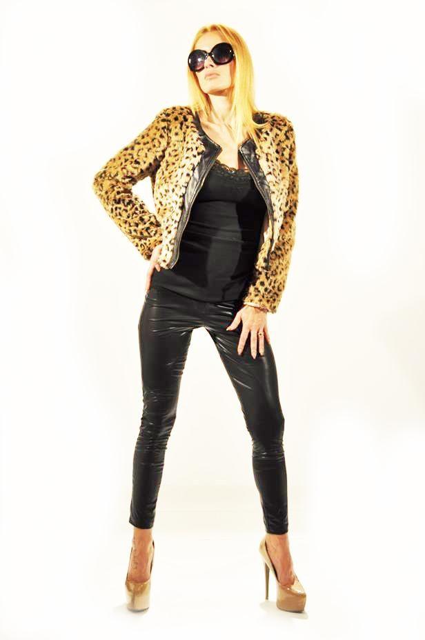 Geaca Dama Cool Animal  -Geaca dama scurta, cu imprimeu leopard ce ii confera un plus de senzualitate.  -Insertie din piele eco in fata. Se inchide cu fermoar.     Lungime maneca: 62cm  Latime umeri: 40cm  Lungime: 47cm  Latime Talie: 46cm  Compozitia: 100%Poliester