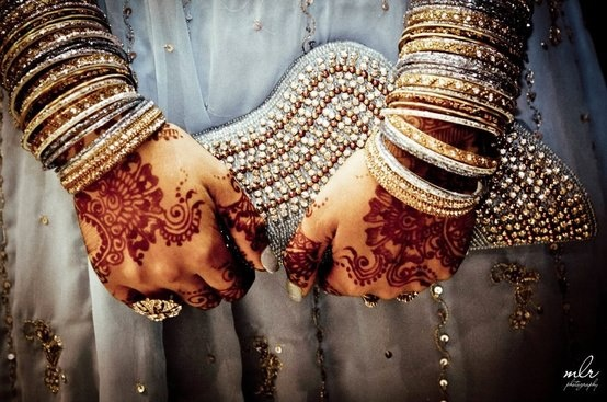 dulhan indian pakistani bollywood bride desi wedding henna mehndi bangles Check out more desings at: http://www.mehndiequalshenna.com/
