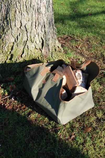 Nagy méretű tüzifa tartó és táska.
