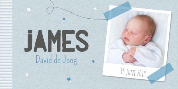 Klassiek geboortekaartje met een kraft achtergrond en een polaroid kader waar je een eigen foto in kunt plaatsen.