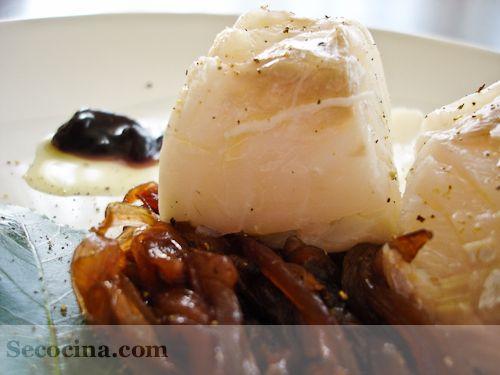 Receta de medallones de merluza con cebolla confitada (o caramelizada). Se puede hacer más cebolla y guardarla para otros usos.