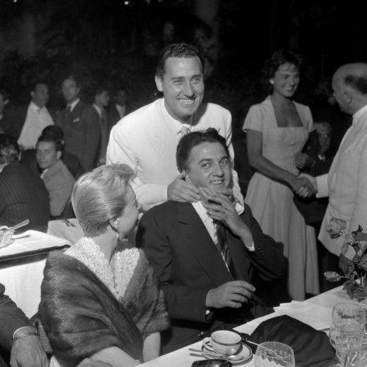 Federico Fellini con la moglie Giulietta Masina e Alberto Sordi alla consegna dei Nastri d'argento – Roma, 15 luglio 1954 #FelliniOniricon @LibriamoTutti
