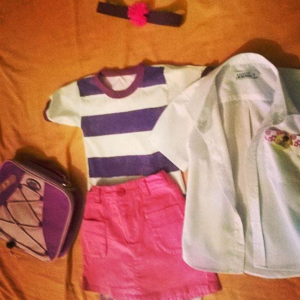 Disfraz de la Dra Juguetes Usé una camisa escolar como bata de médico, la decoré con una cinta como gafete. Usé una franela blanca que intervine, una  falda fucsia, unos leggins rosados, todos del closet de mi nena. #MamáSara