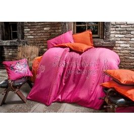 Issimo Dawson fucsia - Lenjerie de pat de lux din bumbac satinat 2 persoane - material natural bumbac 100% - tesatura satin pentru un plus de stralucire in dormitor - uni - nasturi si pipping decorative http://www.asternuturisiprosoape.ro/issimo-dawson-fucsia-lenjerie-de-pat-de-lux-din-bumbac-satinat-2-persoane.html
