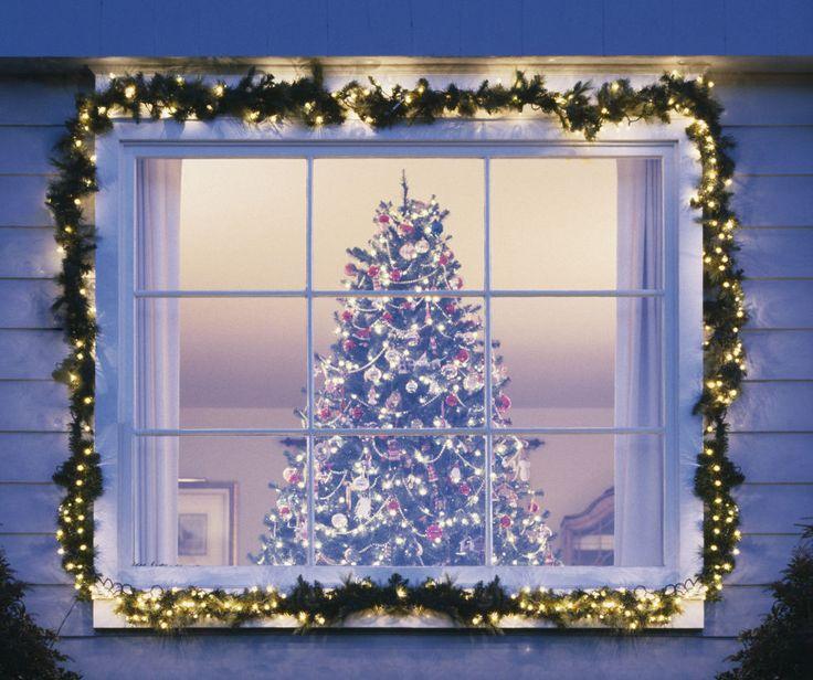 Interna o esterna, fai correre lungo il perimetro delle finestre luci di Natale senza interrompere il disegno.