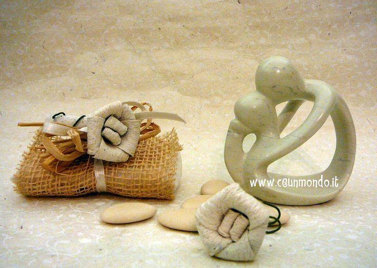 Statua Bacio in ginocchio con portaconfetti e fiore Dung Paper