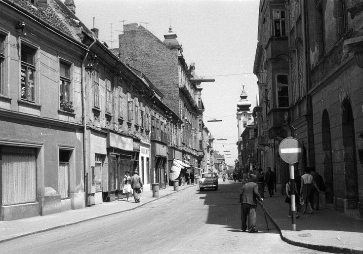 Kazinczy utca a Bécsi kapu (Köztársaság) tér felől a Széchenyi tér felé nézve.