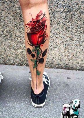 Increíble tatuaje en la pantorrilla de una rosa creada con técnica de acuarela.