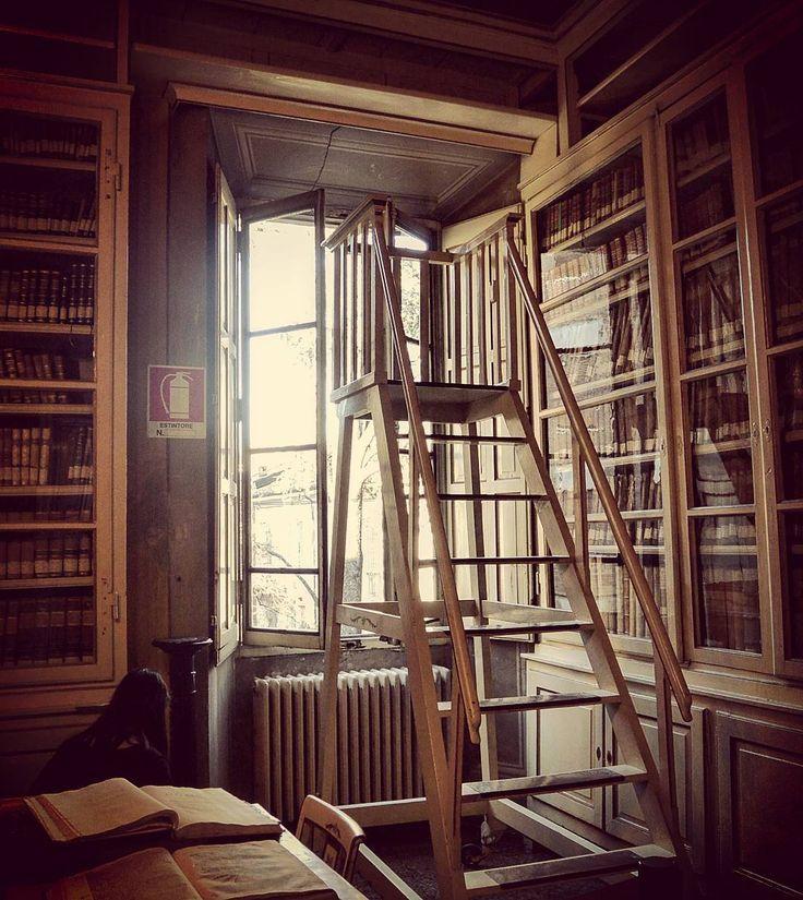 Il fascino delle biblioteche antiche l'odore della carta ormai ingiallita e le vecchie scale in legno #convittonazionalemarialuigia #CollegioMariaLuigia #parma #igersparma #biblioteca #library #igersemiliaromagna #igersitalia #italia365 #turismoer #browsingitaly #visitparma #giornatefai #fondoambiente #faigiovaniparma #faicambiarelitalia #fondoambienteitaliano #latergram by monimorettis